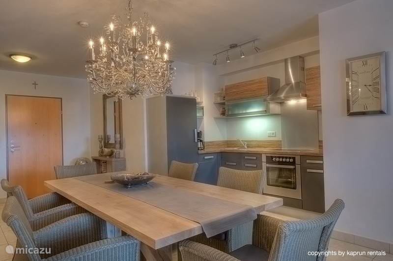 The apartment consists of a spacious living room with open kitchen, a large dining table and a cozy seating area with a fireplace, where you can relax after a day in the mountains. From the lounge you can enjoy panoramic views over the village and the Maiskogel Kaprun Glacier.