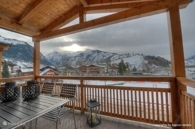 The apartment has two large balconies from where you enjoy the sun and enjoy the view over the surrounding mountains.