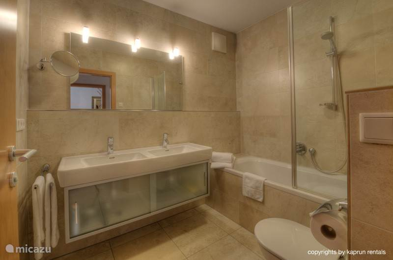 Er zijn 2 luxe badkamers