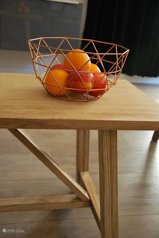 De salontafel... ook te gebruiken als bankje voor bij de eettafel