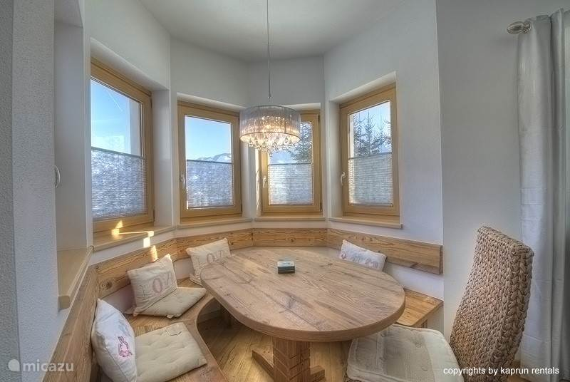 If you like privacy and space, this Chalet Apartment is what you are looking for. The decor of the apartment is luxurious, modern, but also very romantic. A wonderful day in the mountains can be closed by enjoying the fireplace in the cozy living room.