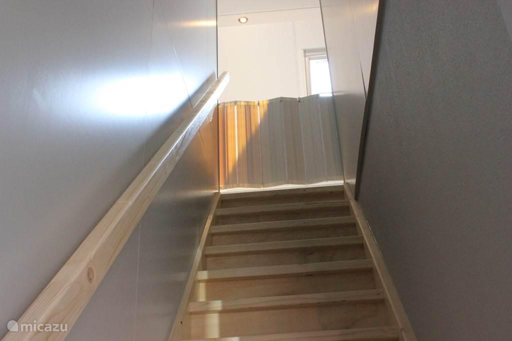 vaste trap naar boven met traphek