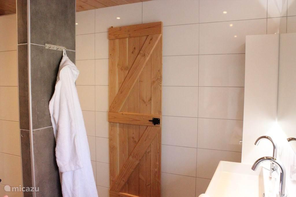 4 douches voorzien van mooie afsluitbare houten deuren