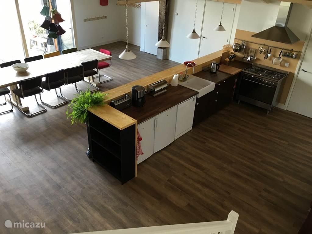 De keuken en de grote tafel, ruim genoeg voor 12 personen