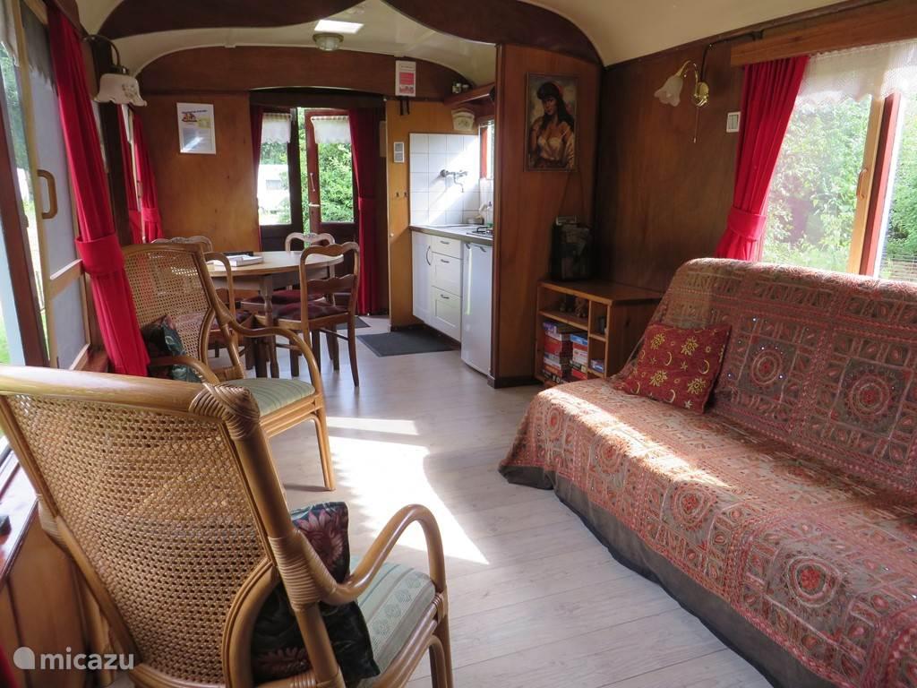 Onze sfeervolle authentieke pipowagen met mahonie betimmering. Woonkamer met bedbank en een aangrenzende keuken. Uitzicht naar achteren over de weides en het coulissenlandschap. Houtkachele binnen en buiten een vuurkorf. Romantisch, knus, sfeervol