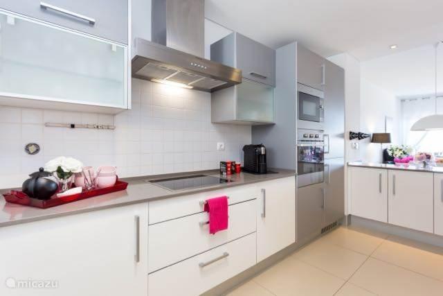 De keuken is uitgerust met alle denkbare apparatuur