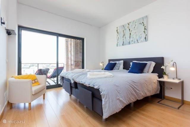 de master bedroom beschikt over een twee persoons boxspring en ruime opbergmogelijkheden voor uw kleding