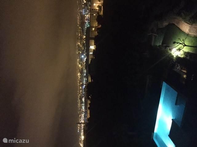 Het feeërieke uitzicht 's avonds vanuit het appartement over heel Lagos