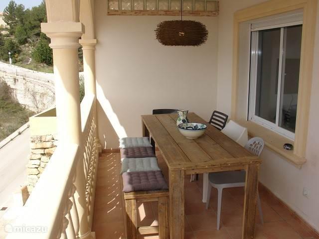 Heerlijk tafelen op het balkon