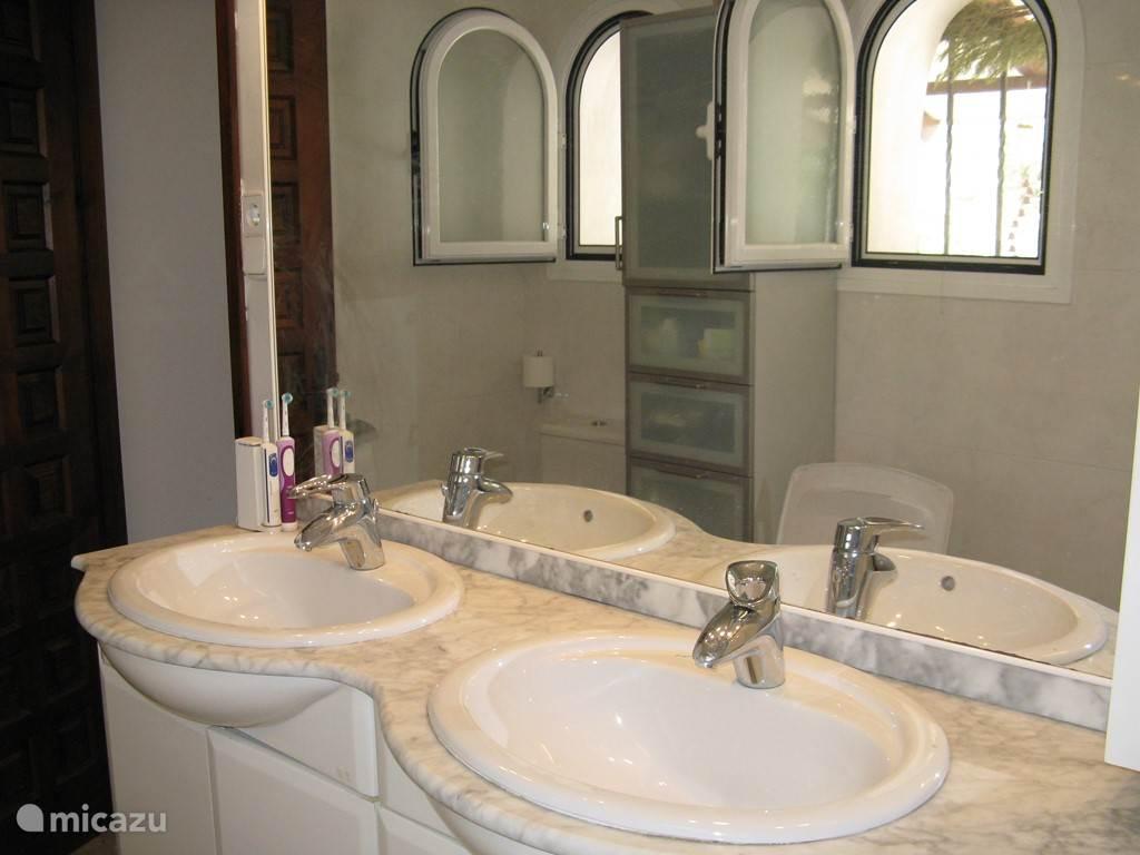 badkamer grenzend aan slaapkamer 1