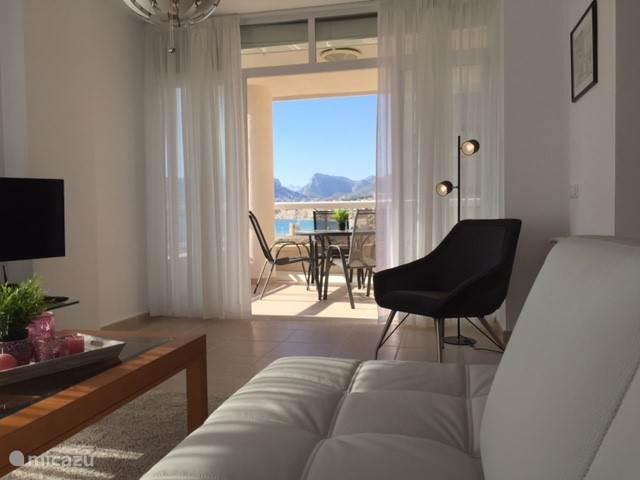vanuit de woonkamer zicht op het terras en de zee