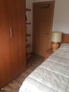 Eenpersoonsslaapkamer met kastenwand