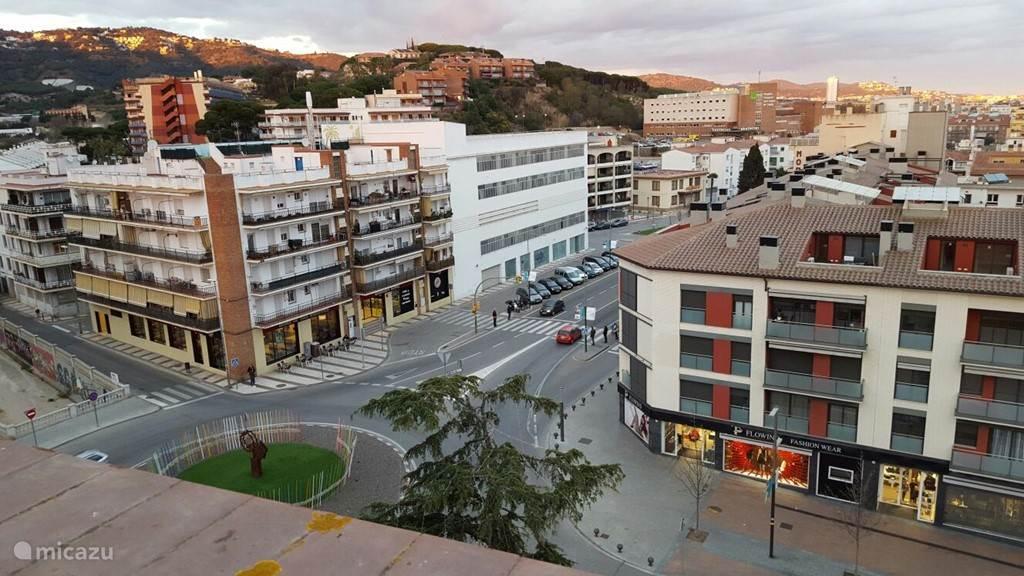 Uitzicht op de hoofdweg met supermarkt, winkels en fastfoodketen