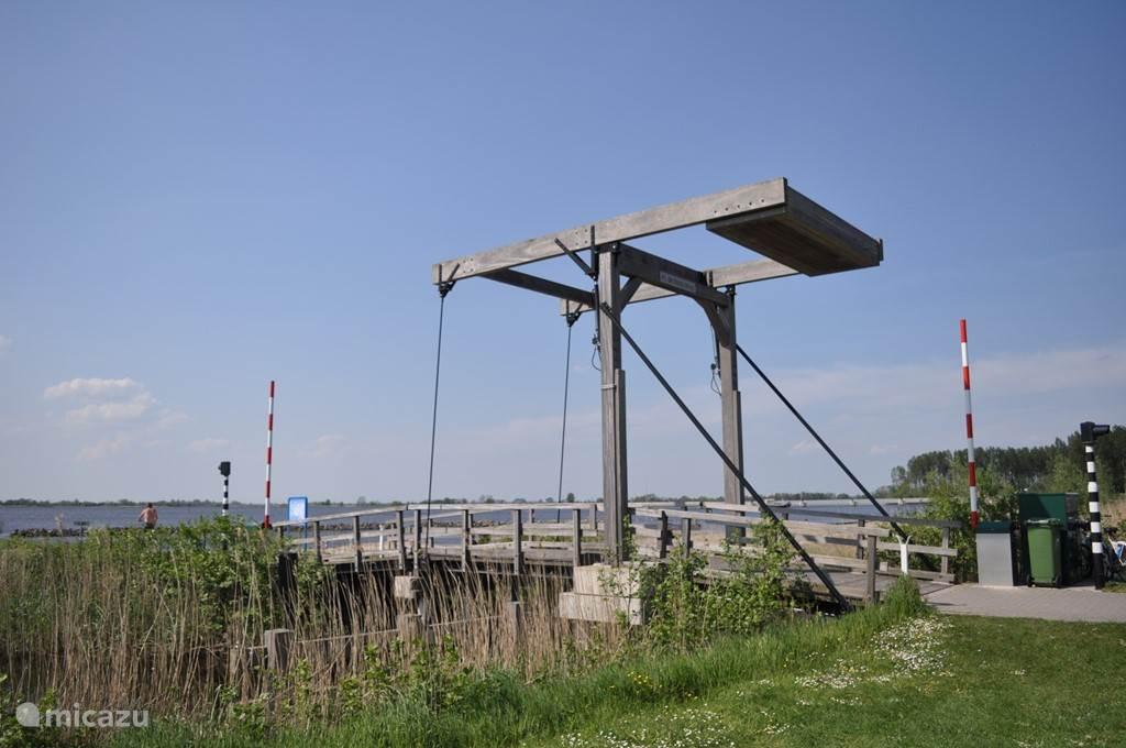 Authentieke ophaalbrug naar zandstrand