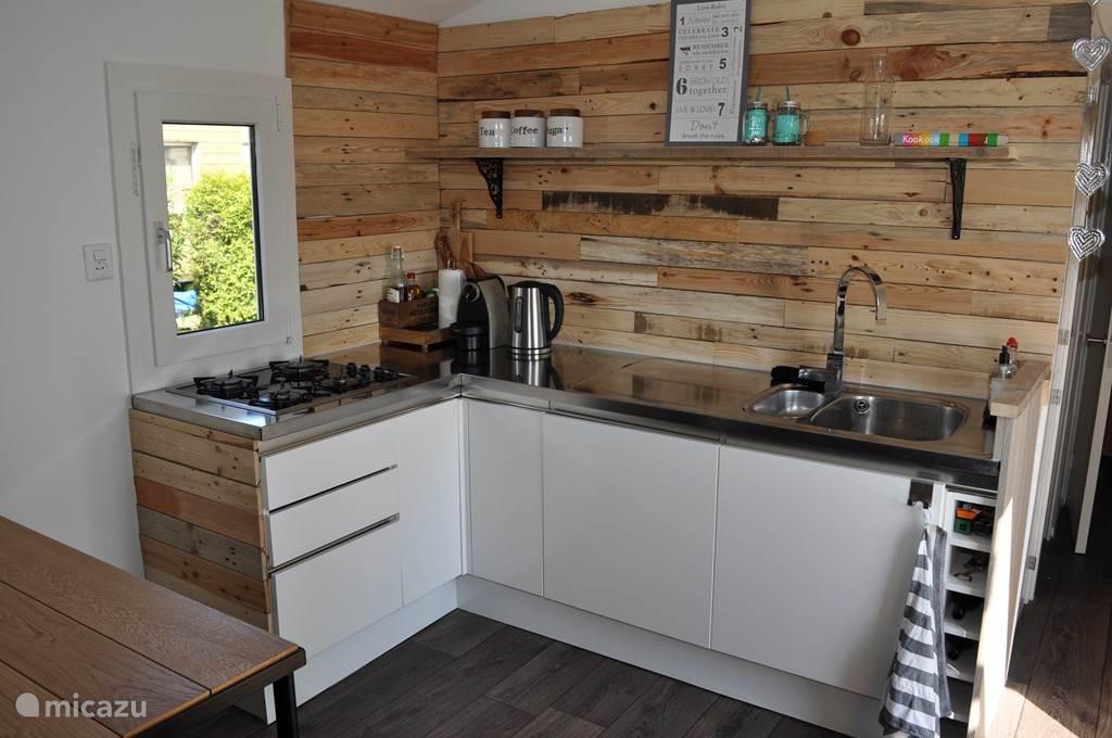Compleet uitgeruste keuken om maaltijden te bereiden, Nespresso apparaat voor koffie, waterkoker voor thee etc