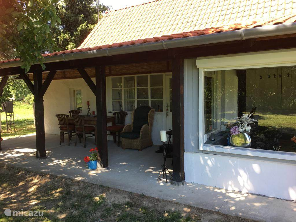 Veranda / huiskamer met zonnewering.