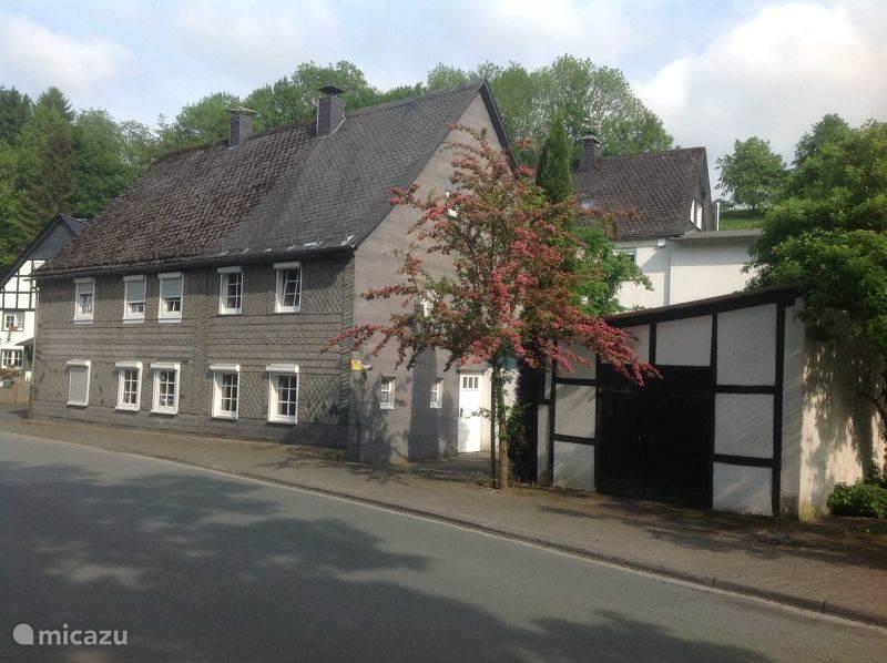 Huis en garage aan de straatkant