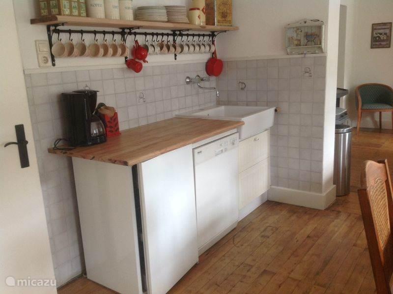 Keukengedeelte met koelkast en afwasmachine