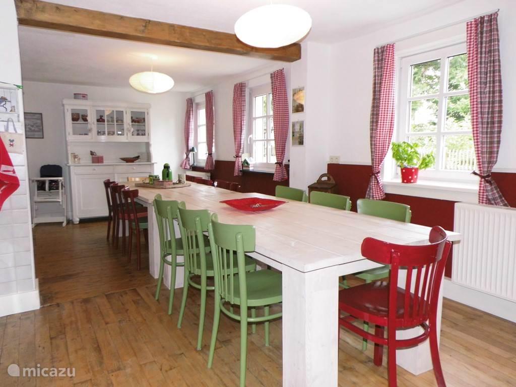 De ruime eetkamer met kleurrijk meubilair