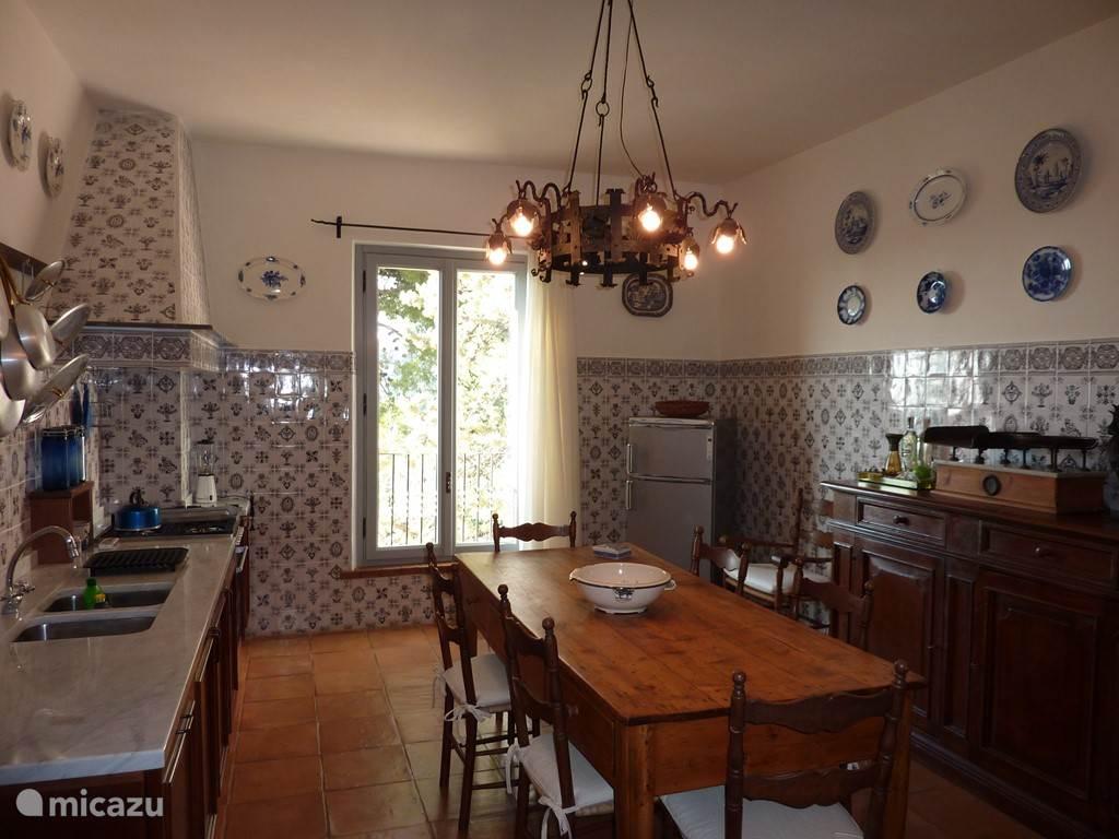 De hoofdkeuken (die villa beschikt over twee keukens).