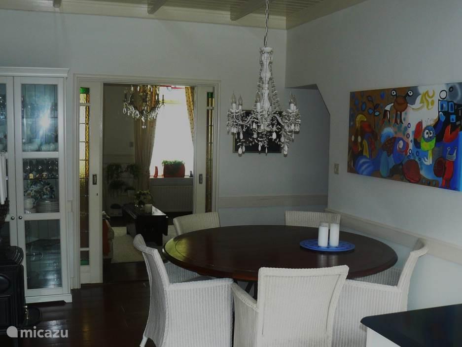 Eettafel met 6 stoelen in woonkeuken