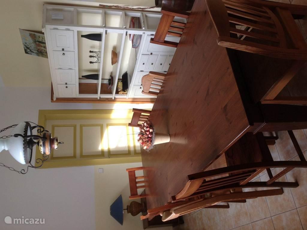 de eetkamer met grote tafel ( en veel puzzels en spelletjes!)