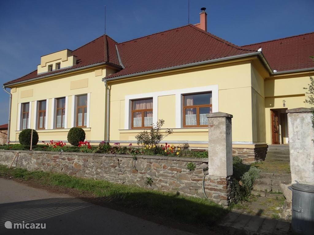 voorzijde villa met art deco accenten en natuurstenenmuur om lavendeltuin. ( nu juist gerenoveerd helaas nog niet gefotografeerd)