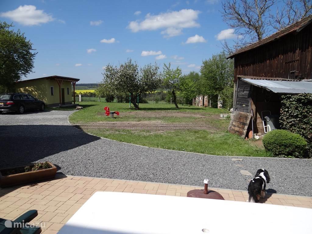 uitzicht vanaf het terras (kale vlak(ontstaan door sloop oud schuurtje) is inmiddels ingezaait en mooi!