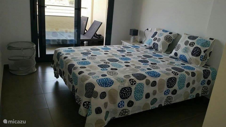 De master bedroom met aangrenzende badkamer