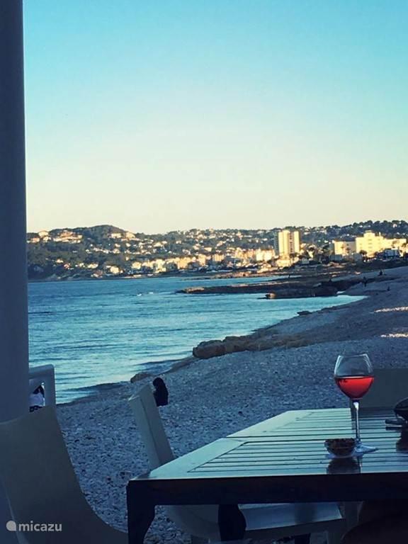 Zicht op Javea uit strandbar