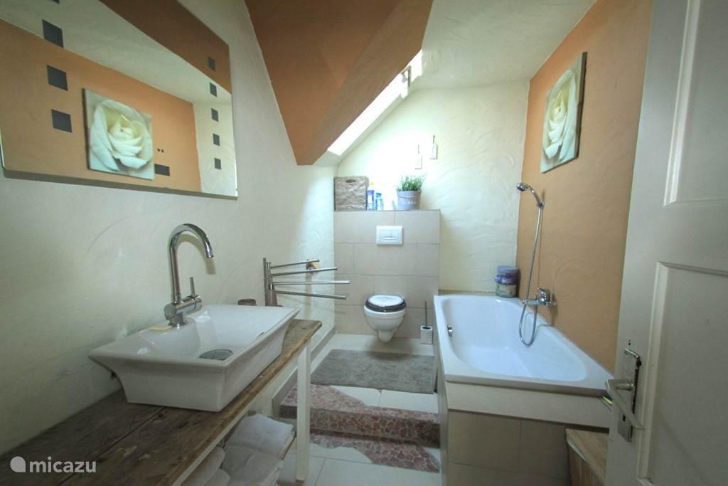 Tweede badkamer met ligbad