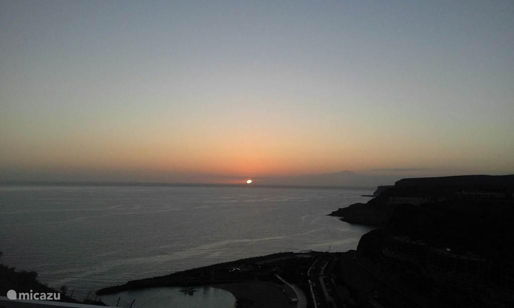 uitzicht zon,ondergang vanaf terras :met recht voor uw: hoogste berg van Europa: de teide : Tenerife.