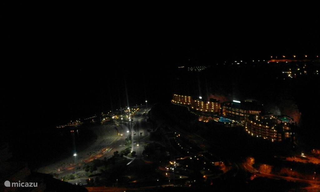 uitzicht vanaf terras:amadores bij nacht.
