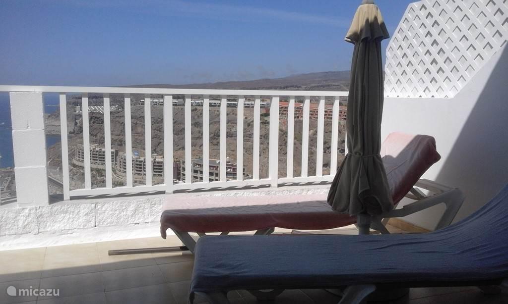 Terrasse mit Sonnenliegen mit Blick auf das Meer und den Strand AMADORES.