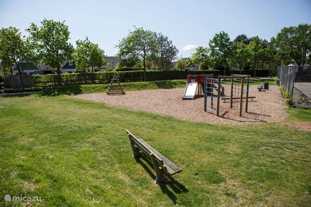 Speeltuin met tennisbanen en voetbalveld
