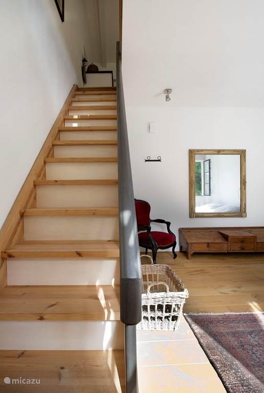 Trap naar de woonverdieping van het appartement