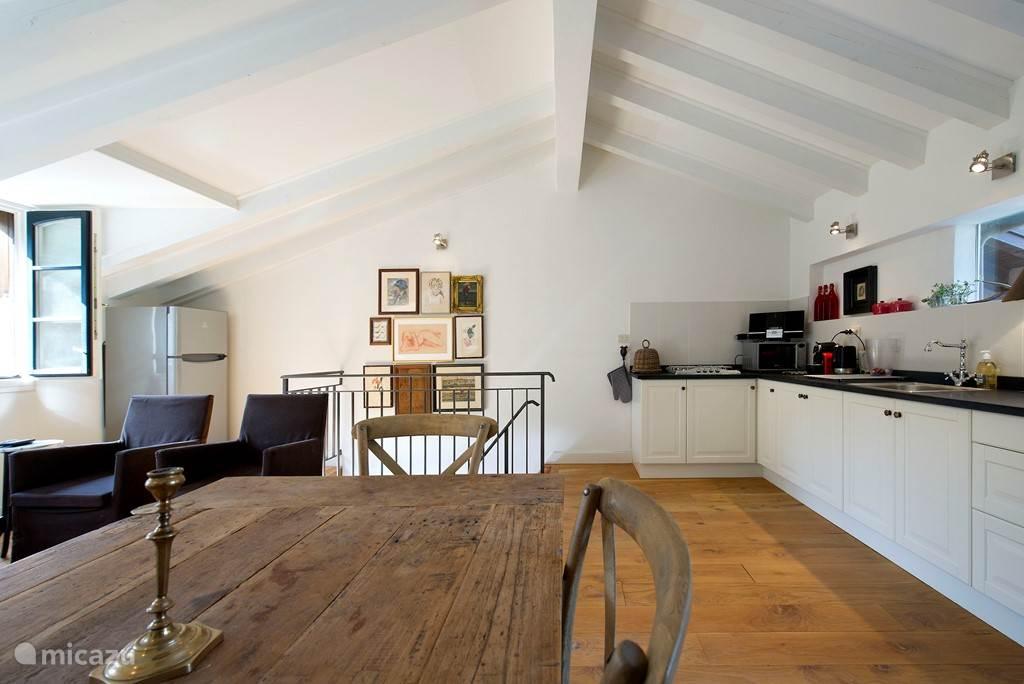 Woonverdieping met keuken en eettafel