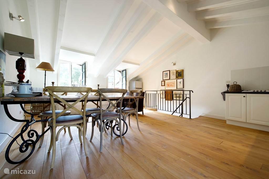Ruime woonverdieping met veel licht en eettafel voor 5 personen