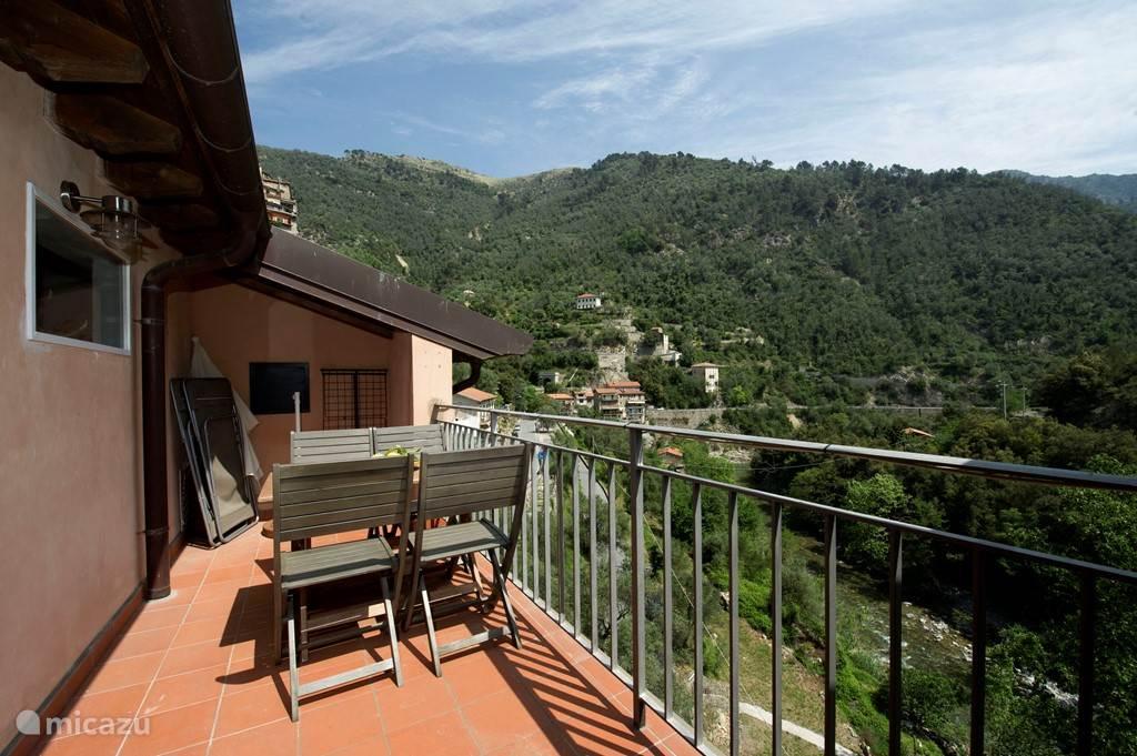Balkon met uitzicht over de rivier de Roya