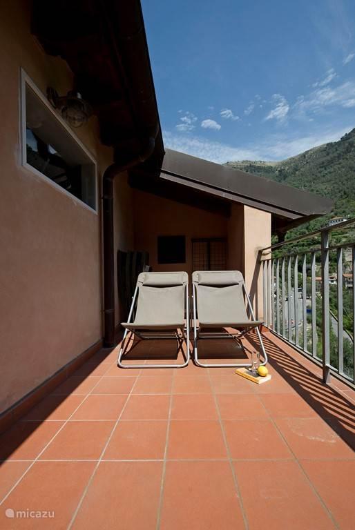 Ligstoelen op het balkon