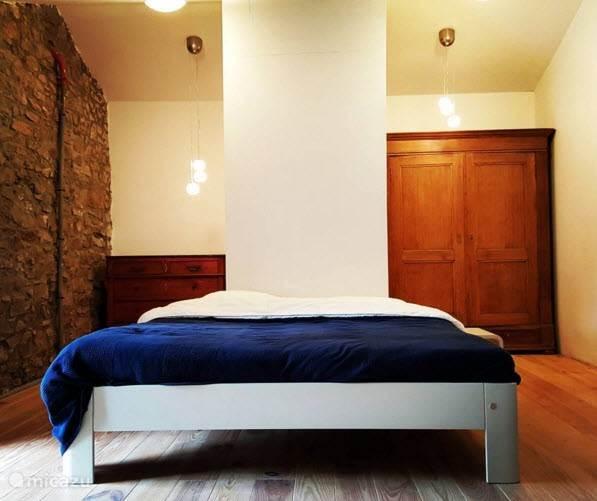 Ruime slaapkamer op de 1e etage met een twee persoonsbed.