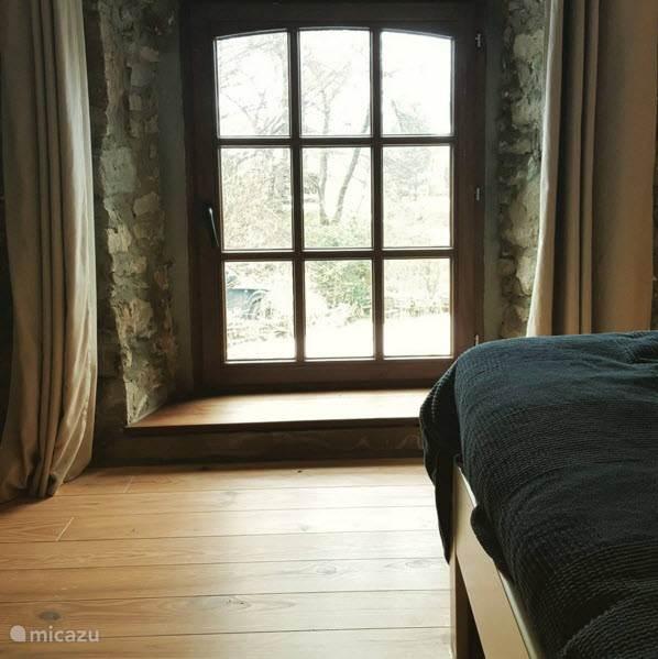 Prachtig raam in de kamer, uitzicht op de tuin.
