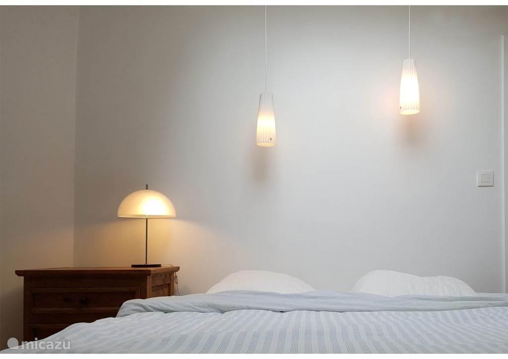 De 2e slaapkamer op de 1e etage met een twee persoonsbed. In deze kamer is een dakraam aanwezig, u kijkt vanuit uw bed naar de prachtige sterrenhemel.