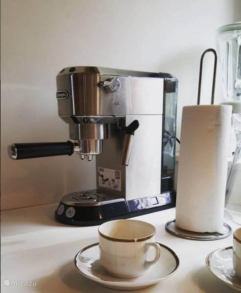 De koffie machine, er is ook een filterkoffieapp. aanwezig.