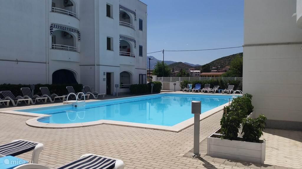 Inclusief beheerd zwembad in de residence met ligstoelen.
