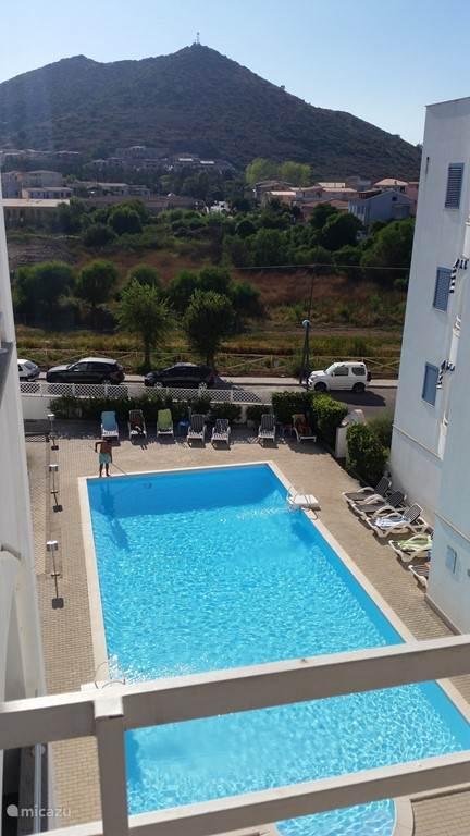 Uitzicht vanaf het balkon op het zwembad.