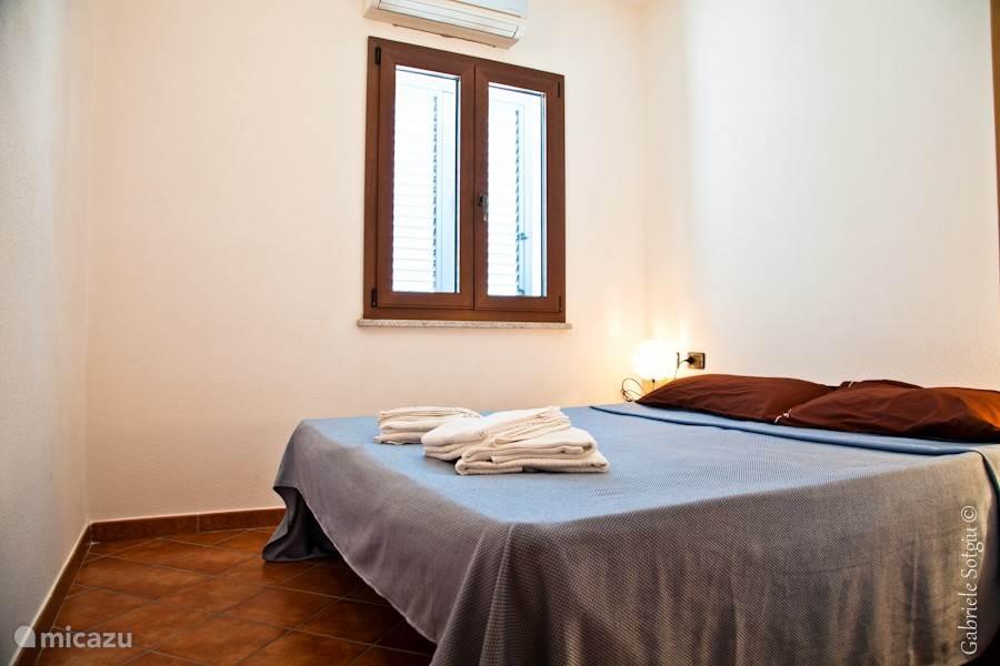 Slaapkamer met 2 persoons bed en airco.