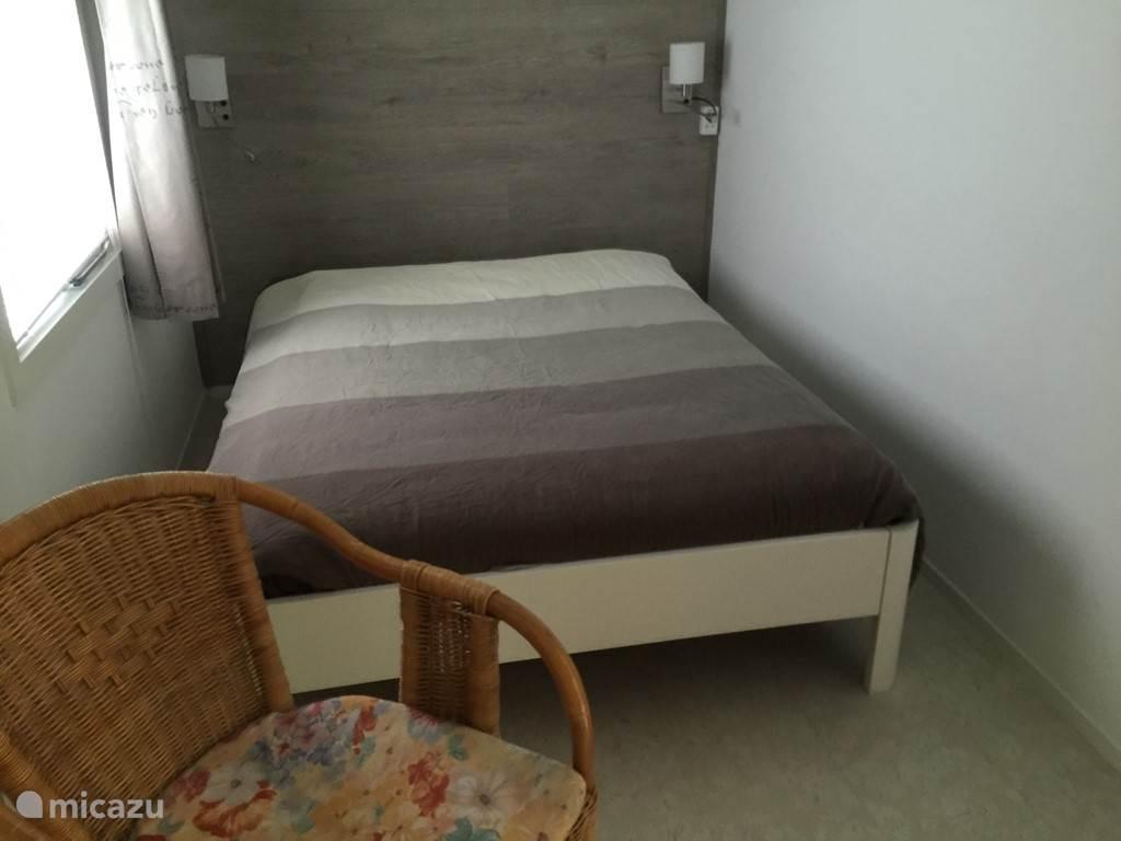 Een van de slaapkamers met een tweepersoonsbed