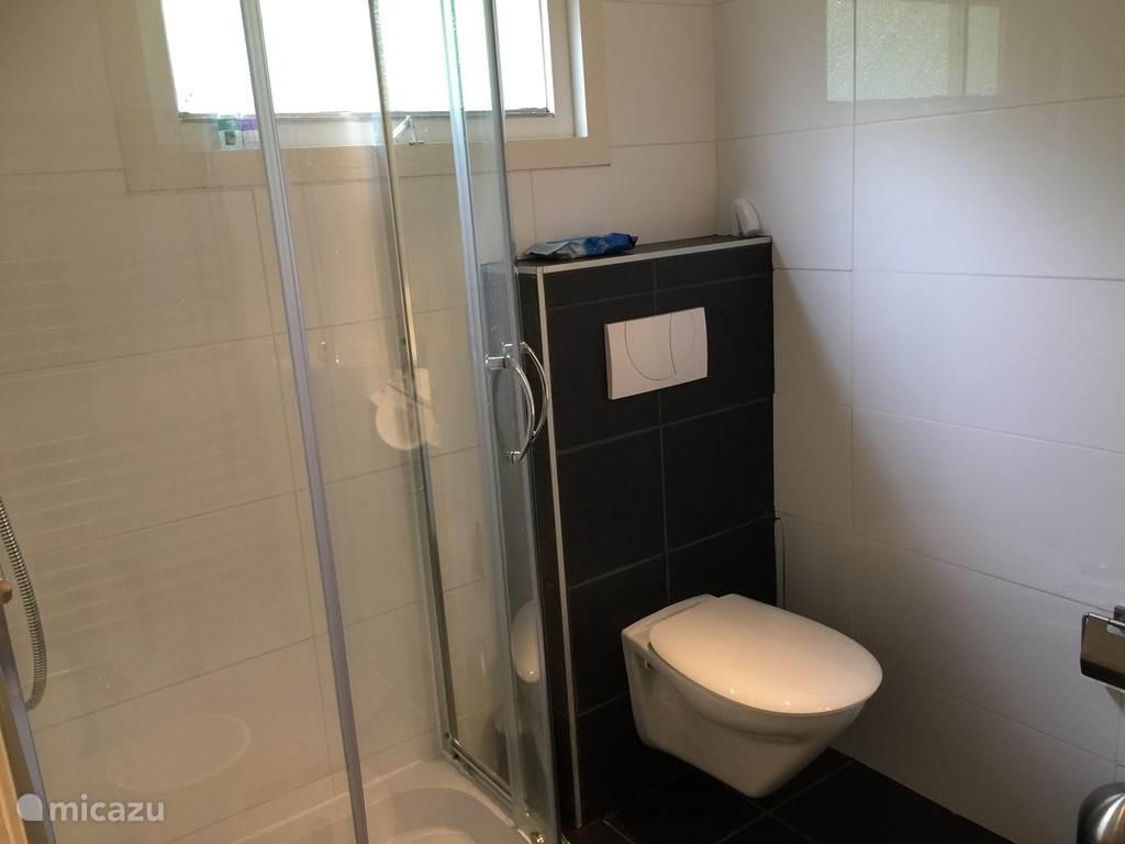Ruime badkamer van 2 meter x 2.10 meter.
