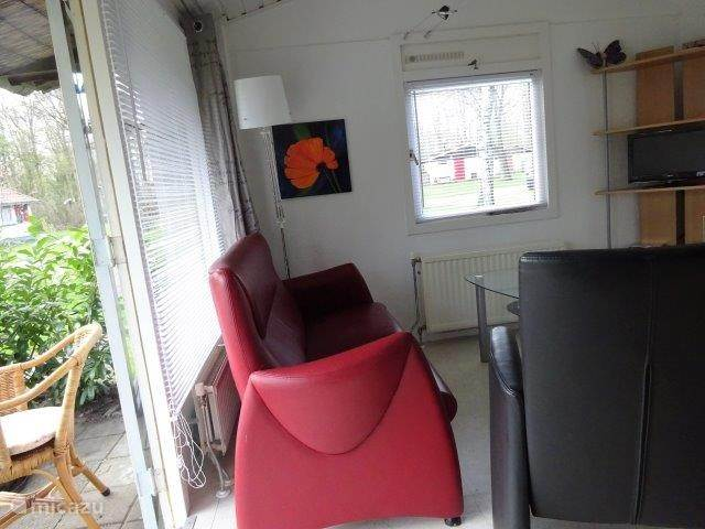Leuke woonkamer met een bank en twee lekkere stoelen